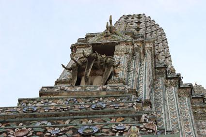 Torre con tres estatuas de elefantes en el Wat Arun, Bangkok.