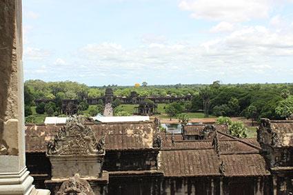 Vista de la entrada al templo de Angkor desde la torre más alta del complejo (Camboya).
