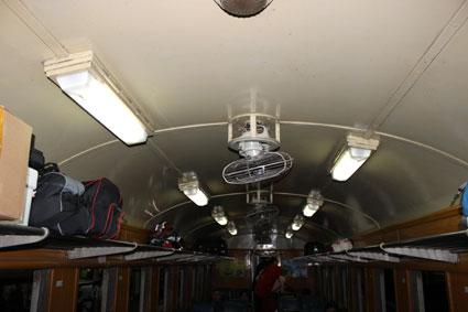 Techo del interior de nuestro vagón del tren que nos iba a llevar de Bangkok a Chiang Mai.