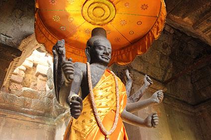 Estatua del dios Vishnu ataviada con una túnica, localizada en el primer nivel de Angkor Wat (Camboya)