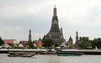 Vista desde el Chao Praya del Wat Arun (el templo de la Aurora), en Bangkok.