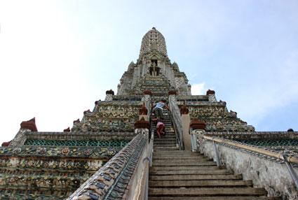 Uno de los acceso a la torre o prang principal de Wat Arun, en Bangkok.