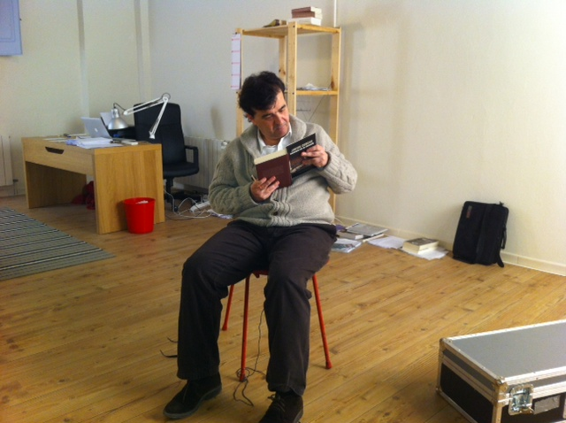 El escritor javier Cercas relee un fragmento de su obra Anatomía de un instante, en su estudio de Verges (Girona).