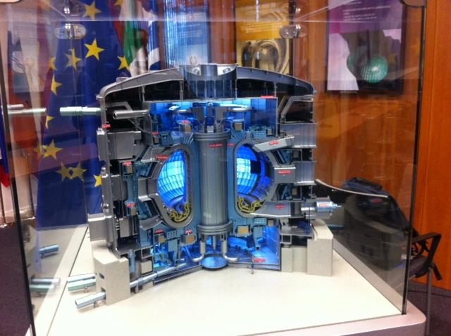 Maqueta del futuro reactor de fusión nuclear ITER, en las oficinas de Fusion for Energi (Barcelona)