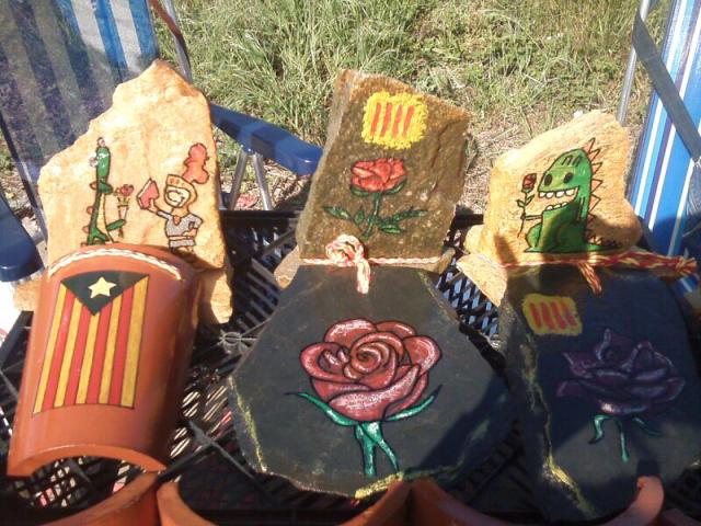 """Para de rosas artesanas en donde Águeda Palacios, la madre de """"el Pollito"""" pretende recoger algo de dinero para enviárselo a su hijo, en el polígono Montfulla de Girona."""