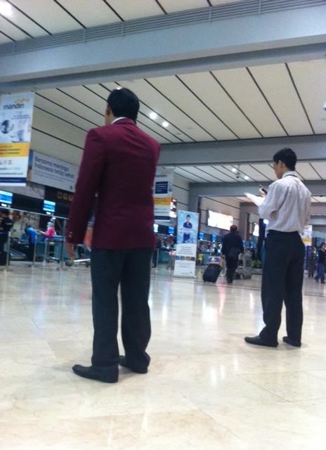 El Hombre tranquilo de Soekarno Aeropuerto internacional (Yakarta).