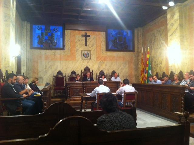 Pleno municipal de Berga durante la votación, con las CUP y PP a la izquierda, y CIU e IMPULS a la derecha.