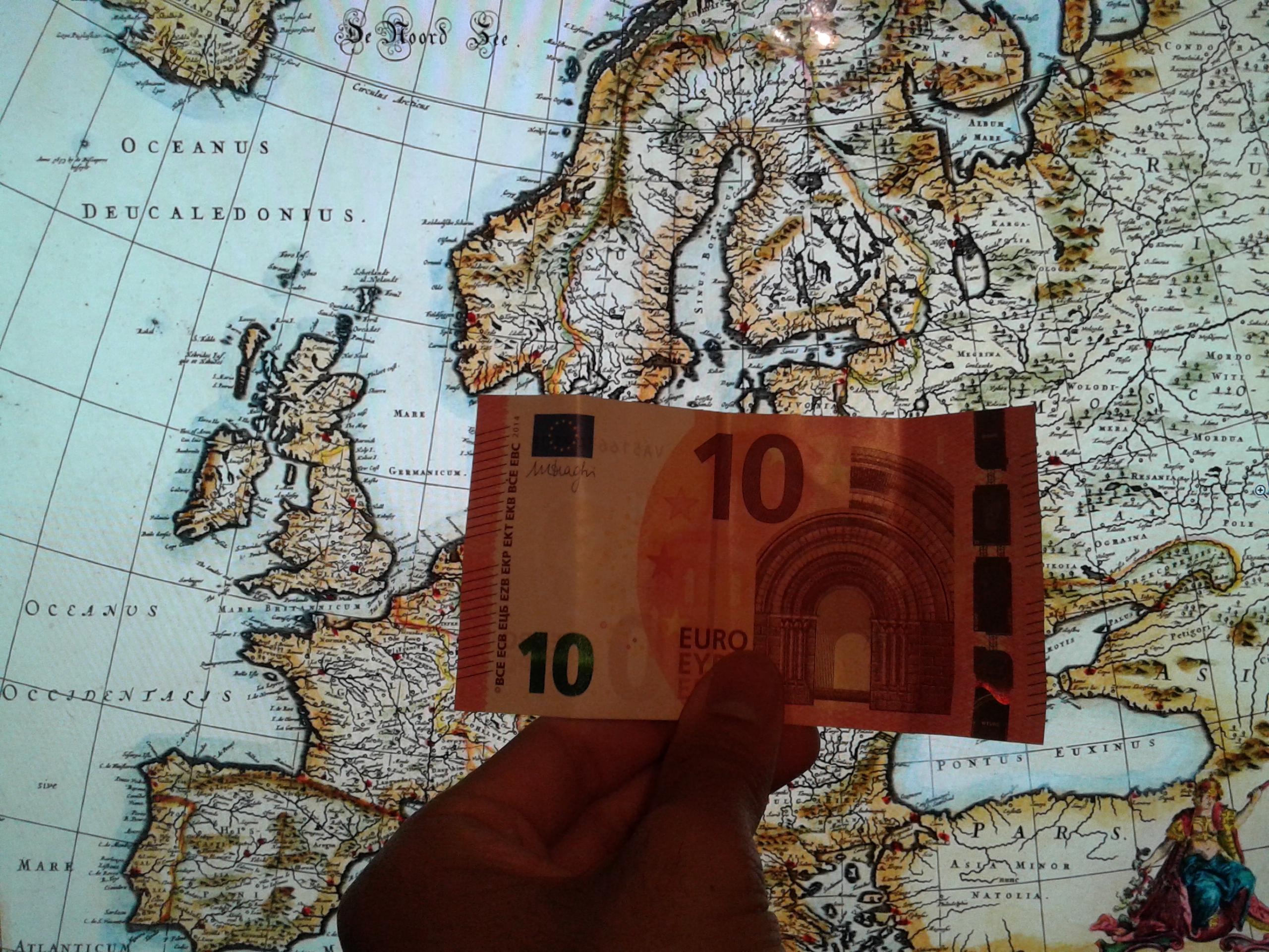 Un nuevo billete de 10 euros sobre un mapa de la vieja Europa.