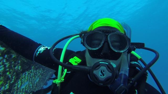 SARAH FRÍAS-TORRES La coordinadora del prooyecto de restauración de corales en la isla de Cousin, posa cerca de un vivero. Copyright: Sarah Torres-Frías