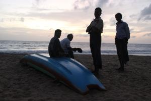 Un grupo de pescadores católicos esperan la caída del sol para salir a pescar. Negombo, Sri Lanka