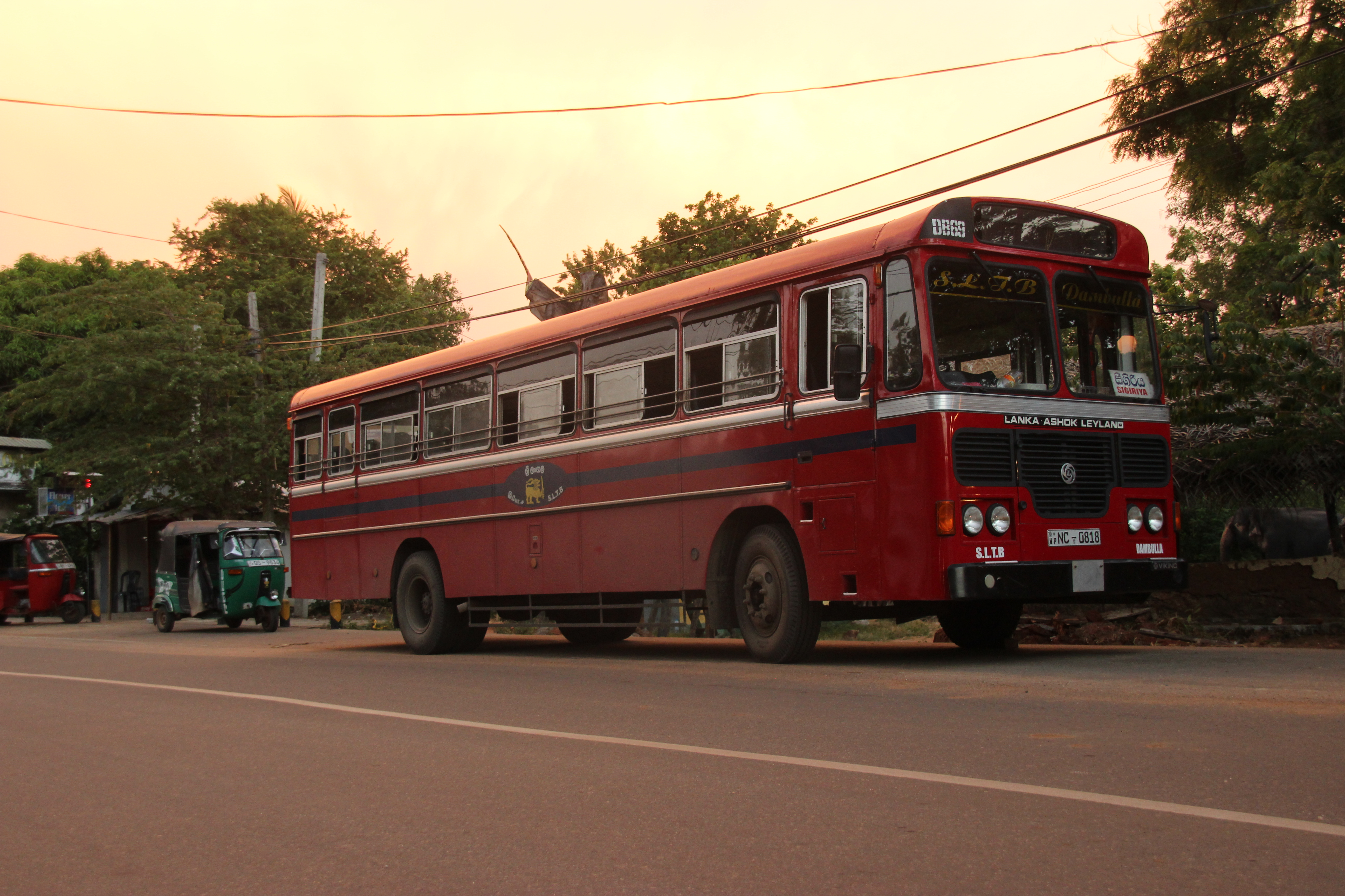 Autobús que cubre la línia Dambulla-Sigirya aparcado en plena carretera Sigirya, Sri Lanka