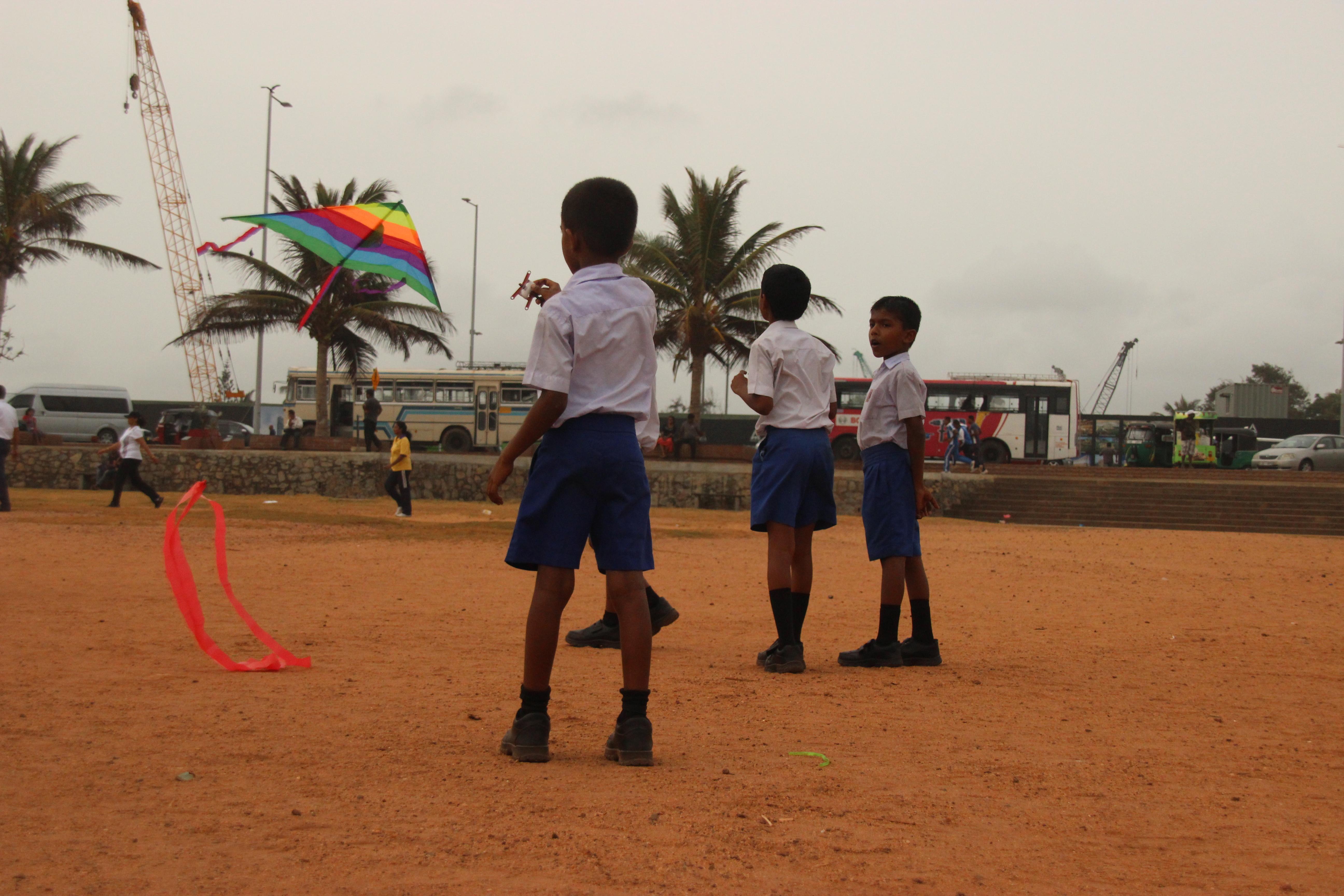 Unos niños levantan una cometa en Galle Face Green, en Colombo (Sri Lanka).