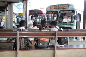 Varios chicos esperan un autobús en la estación central de Colombo, Sri Lanka.
