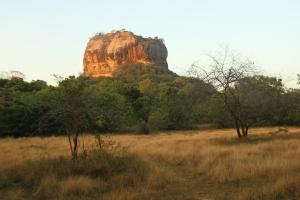 Vista de la Roca del León en Sigirya durante el atardecer. Sri Lanka.