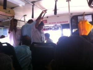 Interir del autobús que lleva de Colombo a Bambulla, lleno a rebosar. Sri Lanka.
