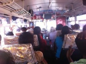 El interior del autobús que lleva desde Dambulla a Sigirya. Sri Lanka.