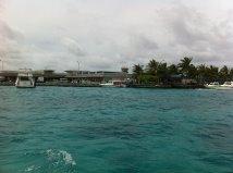 El aeropuerto Ibrahim Nasir visto desde el ferry que nos llevó a Malé, Maldivas.