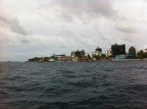 Entrando en el puerto de Malé con el ferry desde el aeropuerto Ibrahim Nasir, Maldivas.