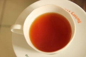 Una taza de auténtico té negro de Sri Lanka, en la Kadugannawa Tea Factory, Sri Lanka.